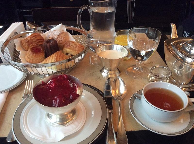 Ontbijt bij The Wolseley in Londen